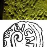 Im Jahr 29 oder 30 unter Pontius Pilatus geprägte Münze, deren Muster angeblich im rechten Auge des Gesichts auf dem Turiner Grabtuch erkennbar sein soll: Fotografie des Grabtuchs und Zeichnung der Münze (Zeichnung: F. W. Madden, 1864)
